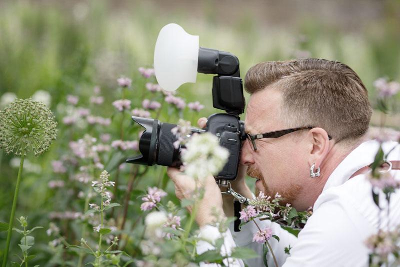 Fotograf einer Hochzeit bei einem Portraitshooting von einem Brautpaar